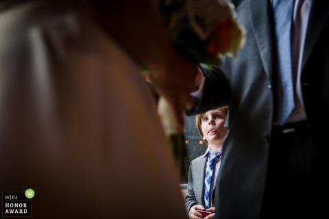 Chicago, IL mariage photo d'un jeune homme encadré entre la mariée et le marié