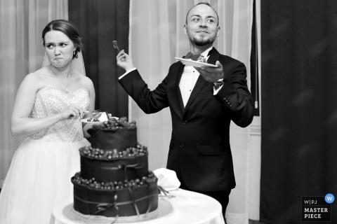 Mielec, mariée et marié en Pologne avec le gâteau de mariage à la réception