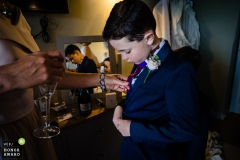Bartholomew Barns, Hochzeitsfotograf aus East Sussex - der Ringträger erhält die endgültigen Anpassungen seiner Krawatte