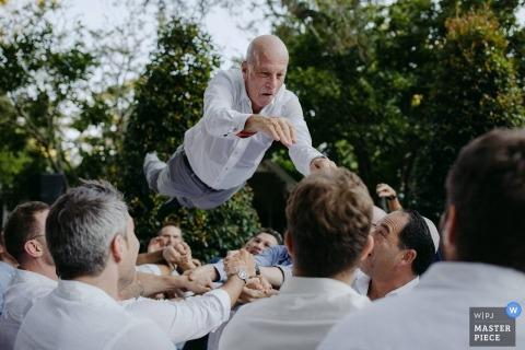 Berry, Australia goście rzucają pana młodego w powietrze na weselu