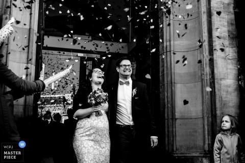 Aachen novia y el novio saliendo de la ceremonia de boda