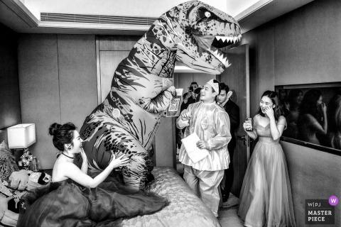 Zhengzhou Henan fête nuptiale s'amuser au mariage avec un costume de mascotte de dinosaure