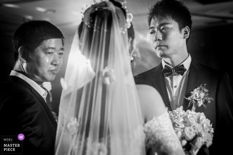 Narzeczeni Zhengzhou Henan podczas ceremonii ślubnej