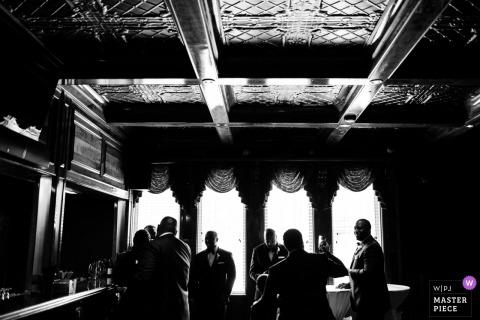 Glendalough Manor, pan młody Atlanta i drużbowie rozmawiają ze sobą przed ceremonią ślubną