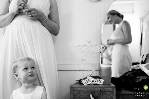 Roswell Mill Club, Roswell, fotograf ślubny GA - mała dziewczynka jest ubrana i gotowa na ślub