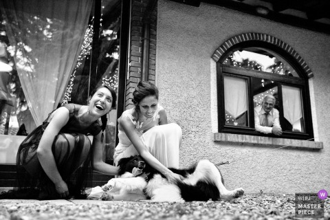 Cascina La Rosa, Fino Mornasco bride and bridesmaid play with dog