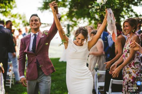 Castello di Titignano Braut und Bräutigam feiern beim Verlassen der Hochzeitszeremonie