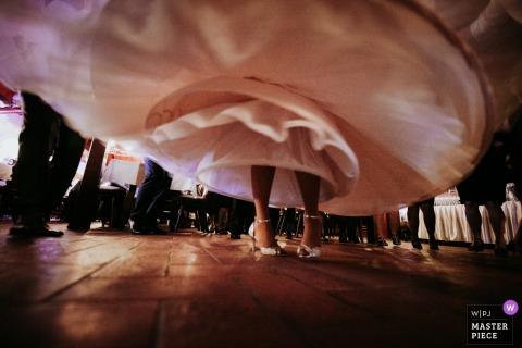 Budapest novia bailando en la recepción de la boda en su vestido