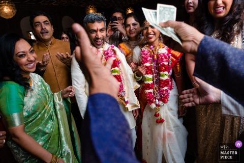 Przyjęcie weselne uśmiecha się podczas ceremonii ślubnej w Julia Morgan Ballroom w San Francisco