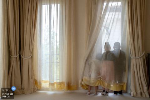 Bassano, dzieciaki Romano wyglądają przez okno w miejscu ślubu