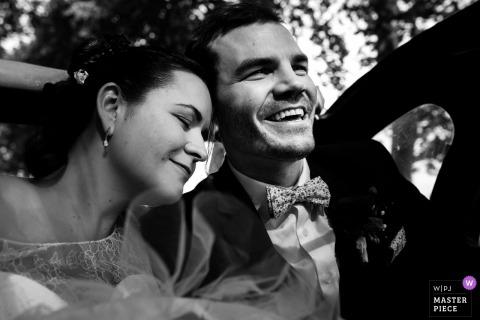 Oblubienica Francji kładzie głowę na ramieniu stajennych w samochodzie po ceremonii ślubnej