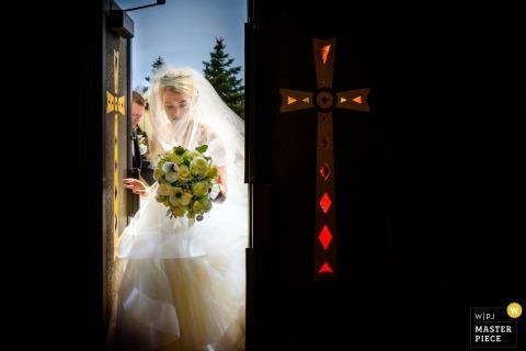 De bruid die van New Jersey de kerk in haar kleding voor de huwelijksceremonie ingaan