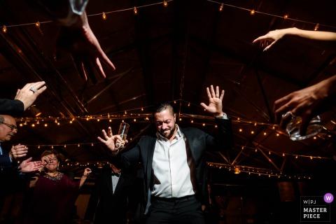 De bruidegom van New Jersey het dansen bij de huwelijksontvangst met gasten