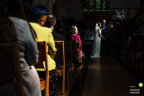 Guildford, Surrey, UK wedding photographer - indoor Kerkelijke trouwceremonie met spotty direct sunlight