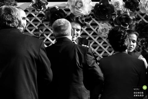 Bucarest ceremonia de boda al aire libre con invitados abrazando y miembros de la fiesta nupcial