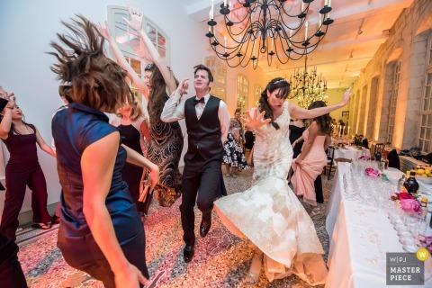 Chenonceau, France Les mariés dansent avec les invités à la réception