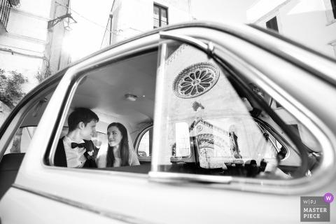 Apulien Braut und Bräutigam lächeln sich nach der Hochzeit im Auto an
