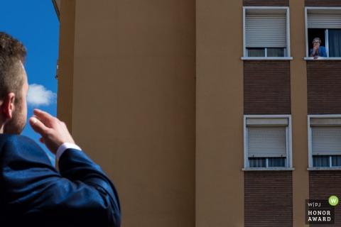 Alcalá de Henares, fotógrafo de bodas de Madrid (España): el novio se despide de un familiar