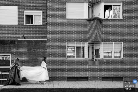Alcalá de Henares, novia de Madrid que camina con la dama de honor con el vestido de novia
