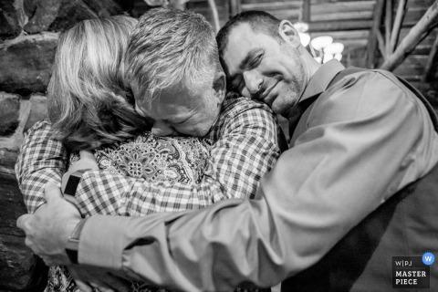 Lo sposo Evergreen, Colorado abbraccia gli ospiti dopo la cerimonia di nozze