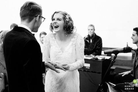 Stratford upon Avon, photographe de mariage britannique - la mariée exprime sa joie en mettant la bague au doigt du marié