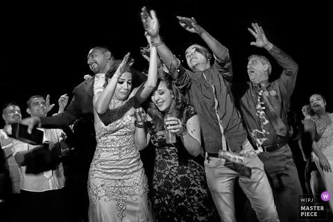 Goiania-Gäste feiern mit Braut und Bräutigam auf der Hochzeitsfeier
