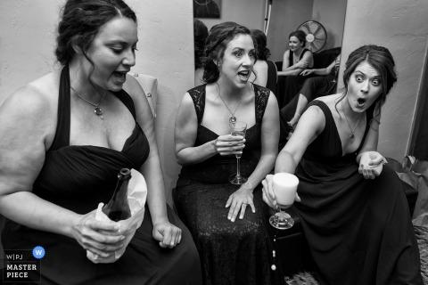 Damigelle che si godono le bevande prima della cerimonia di nozze a Lake Tahoe, Nevada