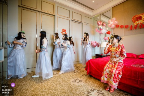 Zhejiang bridesmaids and bride wait for the groom at the wedding
