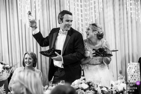 Braut und Bräutigam lächeln sich an der Rezeption im Square Tower Portsmouth UK an