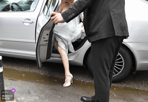Bucuresti bride getting help exiting the car at the wedding