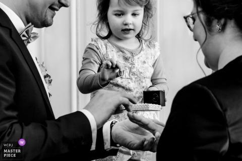 Chica de Aachen mirando los anillos de boda con el novio en la boda