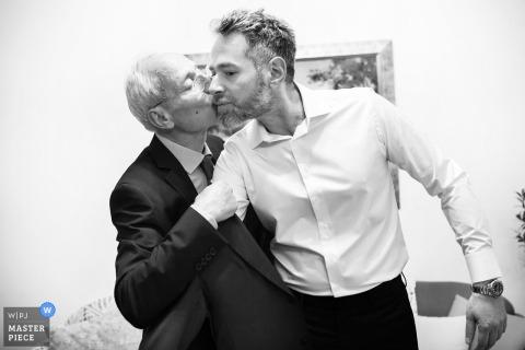 Veria,希腊新郎在婚礼前从他父亲的脸颊上得到一个吻
