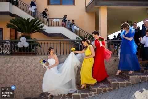 Tropea Braut und Brautjungfern, die hinunter die Schritte bei der Hochzeit gehen