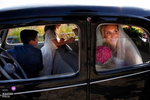 Calabria bride and groom with kids in the car after the wedding