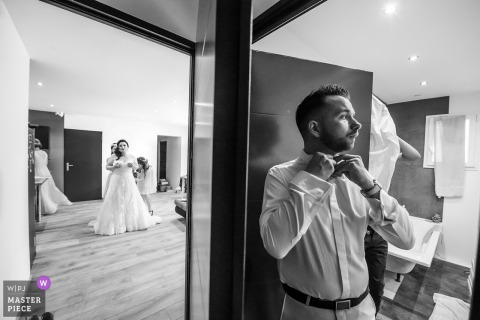 Aubenas, France marié se prépare tandis que la mariée se prépare dans la pièce voisine avant la cérémonie de mariage