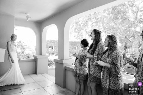 Sonoma demoiselle d'honneur sourit en voyant la mariée avant le mariage