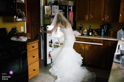 擊中在她的禮服的新娘的照片冰箱在她的紐約婚禮前。