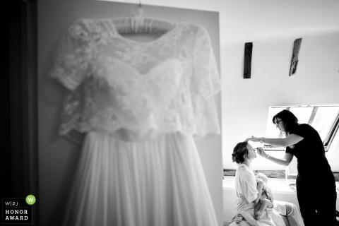 Hochzeitssuite in West Sussex - die Braut lässt sich schminken, während ihr Kleid an der Tür hängt
