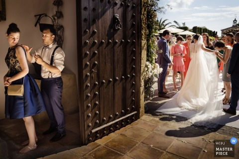 Alicante Hiszpania panna młoda rozmawia z gośćmi na zewnątrz na weselu
