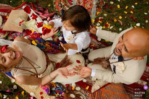 Bruid en bruidegom vieren met een jongen op het huwelijk in Lima, Peru