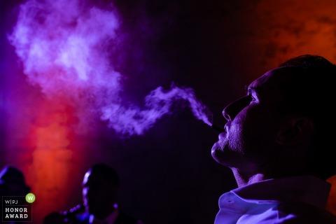 Fotograf ślubny w Miami na Florydzie - gość oddycha vape w kolorze