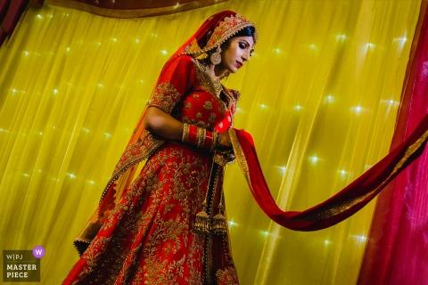 她的禮服的英國新娘在婚禮