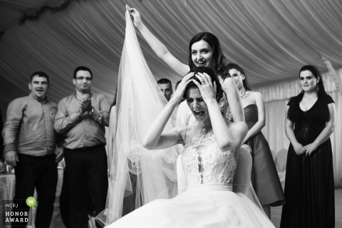 Slatina - Romania wedding photographer captured the bride with her veil removed at the reception party