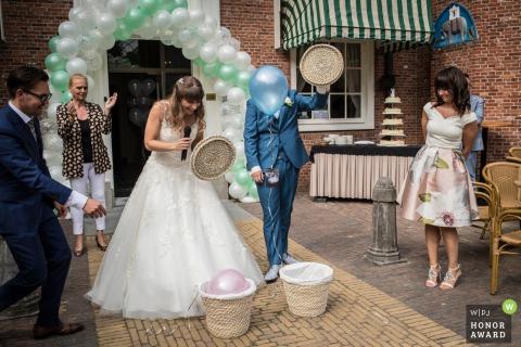 Rotterdam wedding photographer captured the bride and groom releasing a pink and blue balloon