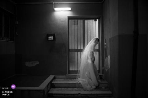 Photo en plein air de la mariée en robe de mariée à Syracuse, en Sicile