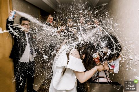Photographe de mariage à Zhengzhou Henan - le meilleur homme se défend avec un spray idiot