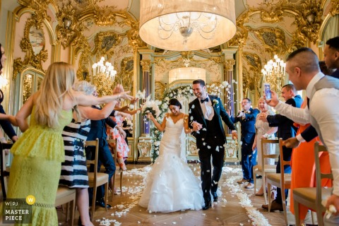 Les mariés marchent dans l'allée après s'être mariés en Toscane, Villa Cora