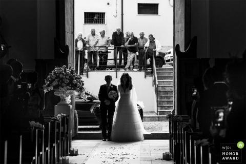 Cosenza Braut geht mit ihrem Vater den Gang hinunter