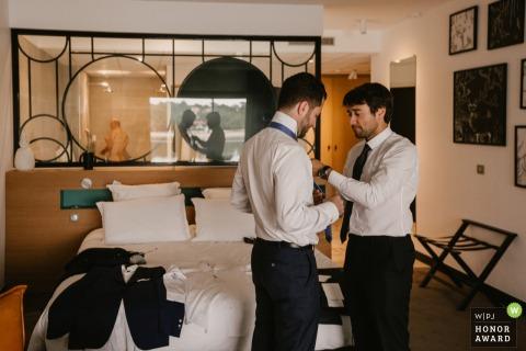 准备好婚礼的Hossegor男傧相 - 法国婚礼摄影