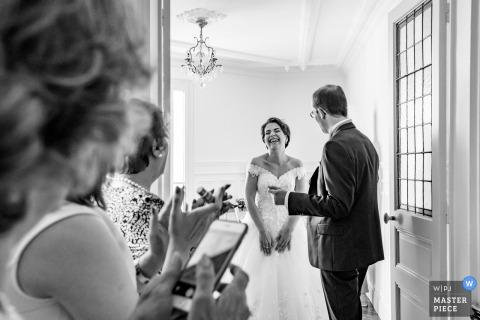 De bruid van Parijs en haar vader spreken en glimlachen met anderen vóór de huwelijksceremonie